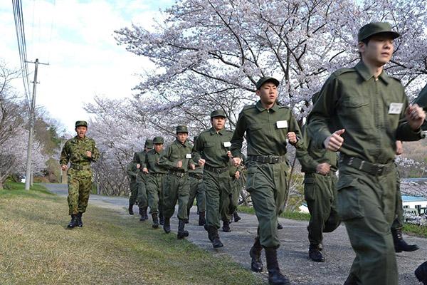 企業の研修で自衛隊の体験入隊させる所なんなの?軍でも作るの?