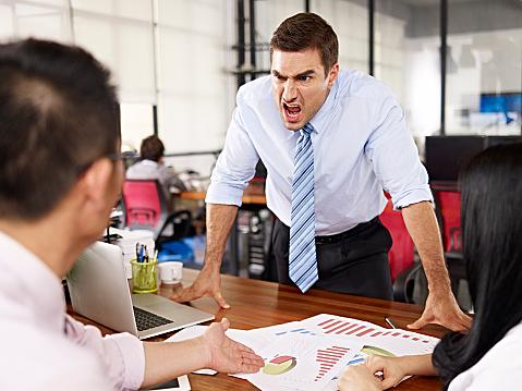 職場で嫌いな人と仲良くする必要なし!無視してOKな理由を語る!